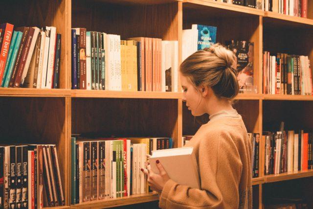 Una ragazza in biblioteca.