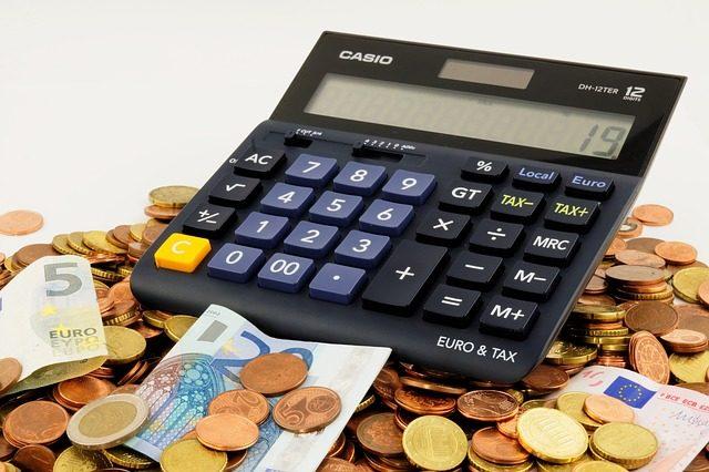 Una calcolatrice per simboleggiare il calcolo delle tasse universitarie.