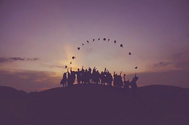 Capitale umano, foto di laureati in festa.