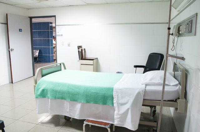 Il letto di una stanza d'ospedale.