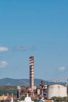 Una fotografia di una parte del polo industriale di Portovesme.