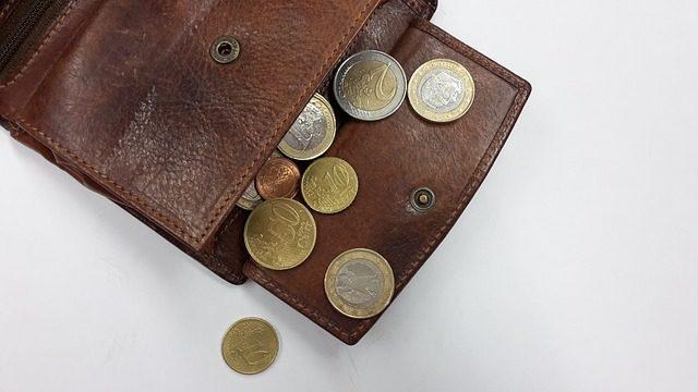Un portofogli con poche monete.